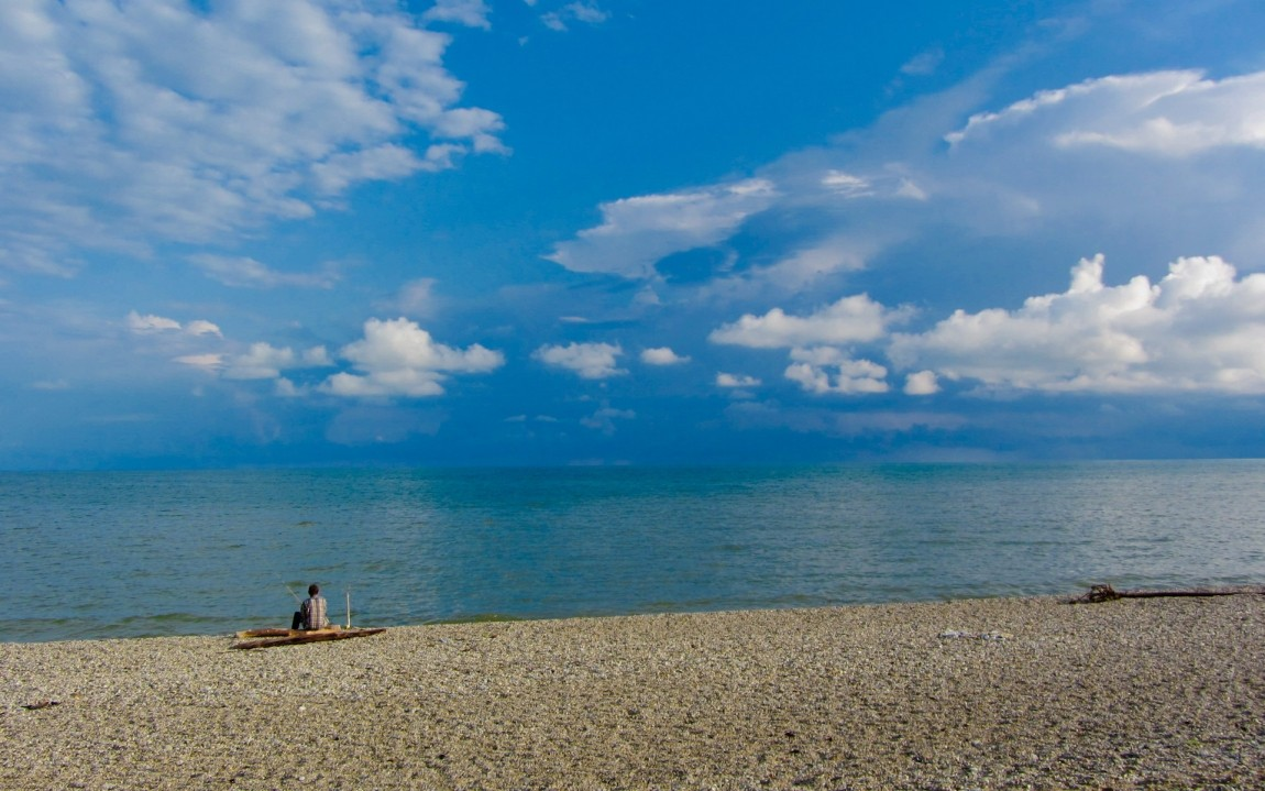 Песочный пляж в пицунде фото
