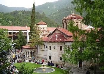 title=Бачковский монастырь пользуется большой популярностью среди туристов. Тут вы сможете увидеть яркие образчики религиозного зодчества и церковного изобразительного искусства.