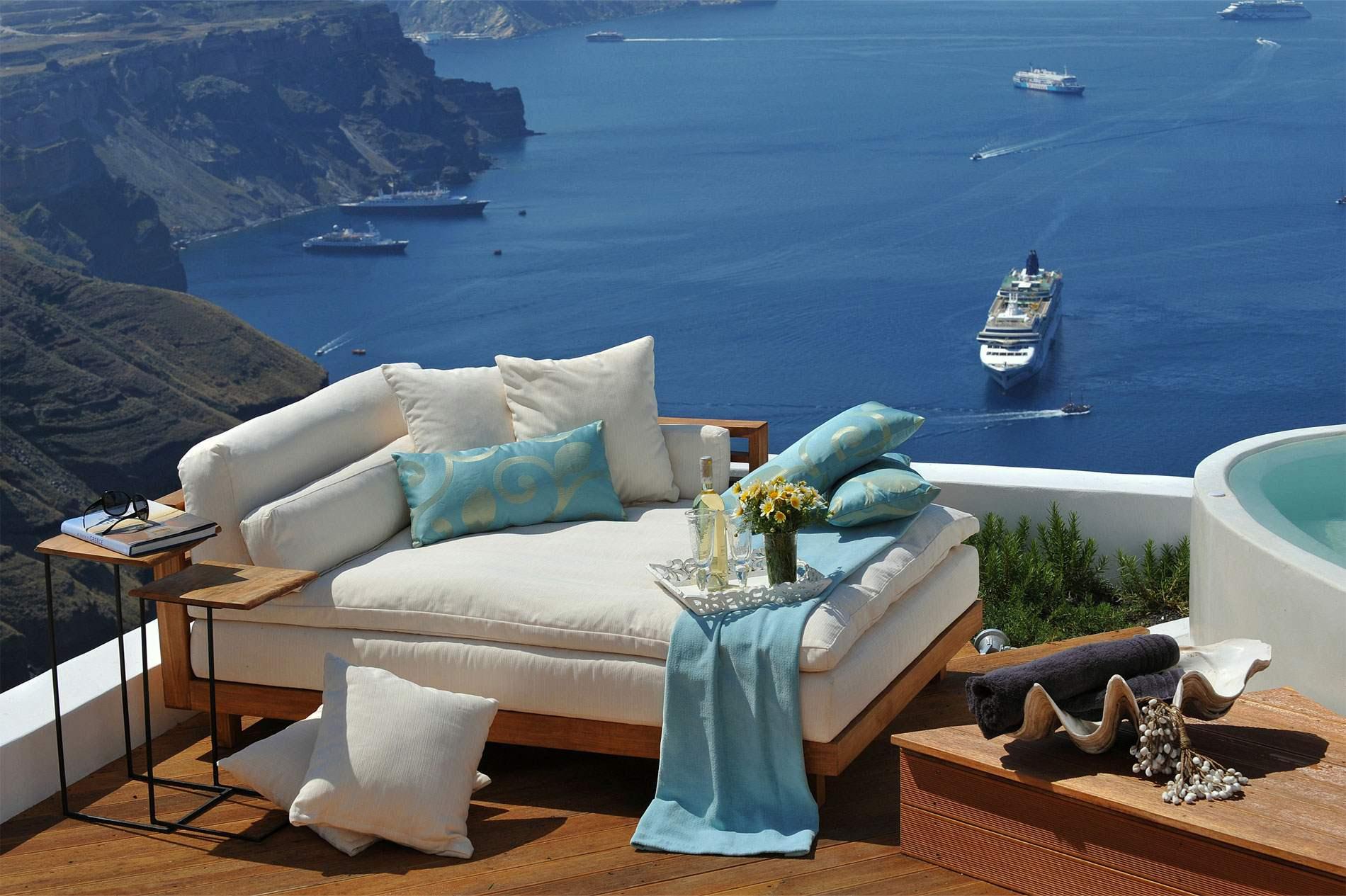 Красивый домик у моря в греции