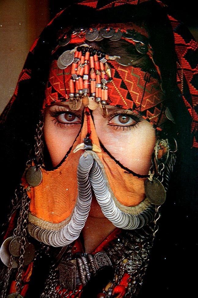 Иорданская женщина в традиционном костюме