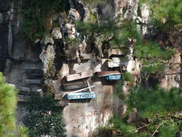 Philippines_hanging_coffins