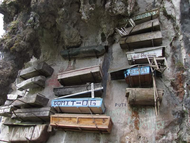 Philippines_hanging_coffins_2