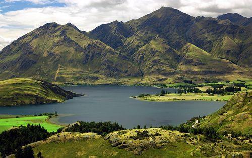 New_Zeeland_Lake_and_Mountains